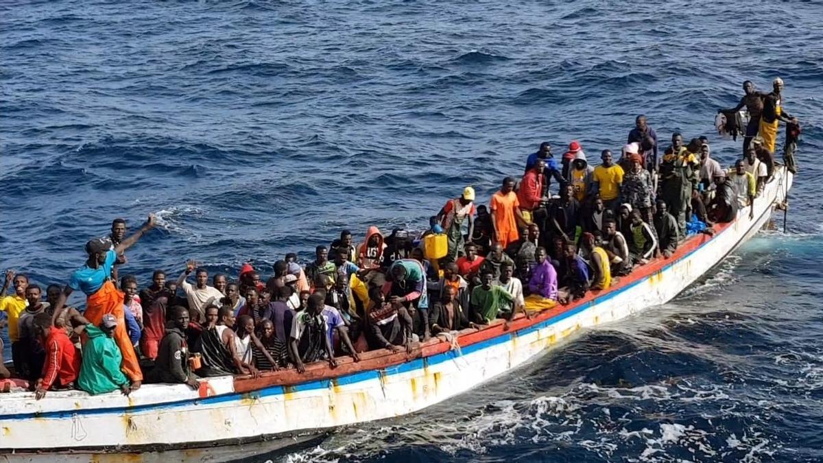 Imagen de archivo de un cayuco con 215 personas rescatadas en las costas de Mauritania tras la avería de su embarcación