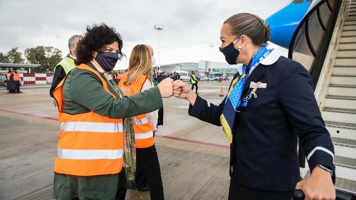 La ministra de Salud recibió a la tripulación de Aerolíneas al arribo del noveno vuelo con dosis de Sputnik V.