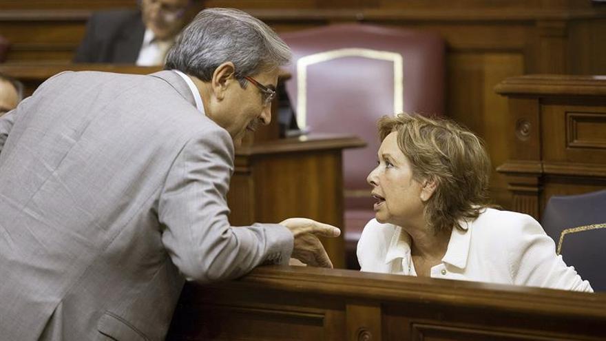 El diputado del Grupo Mixto, Román Rodríguez, conversa con la consejera de Empleo, Industria y Comercio del Gobierno de Canarias, Francisca Luengo. (Efe/Ramón de la Rocha)