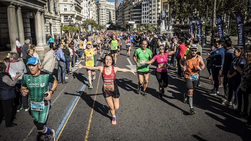 Varios corredores en una carrera popular