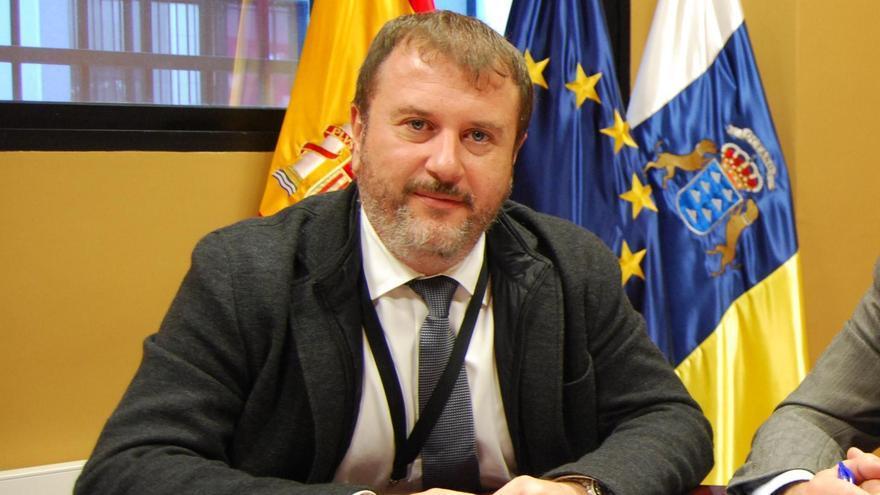 Sergio Alonso (izquierda), en la firma de un convenio como director de la Fundación Empresa ULL
