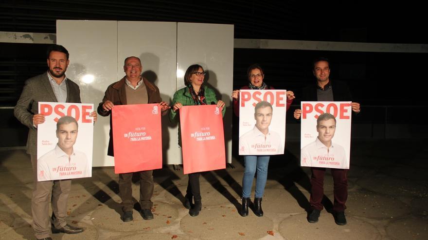 Tradicional pegada de carteles / PSOE Badajoz