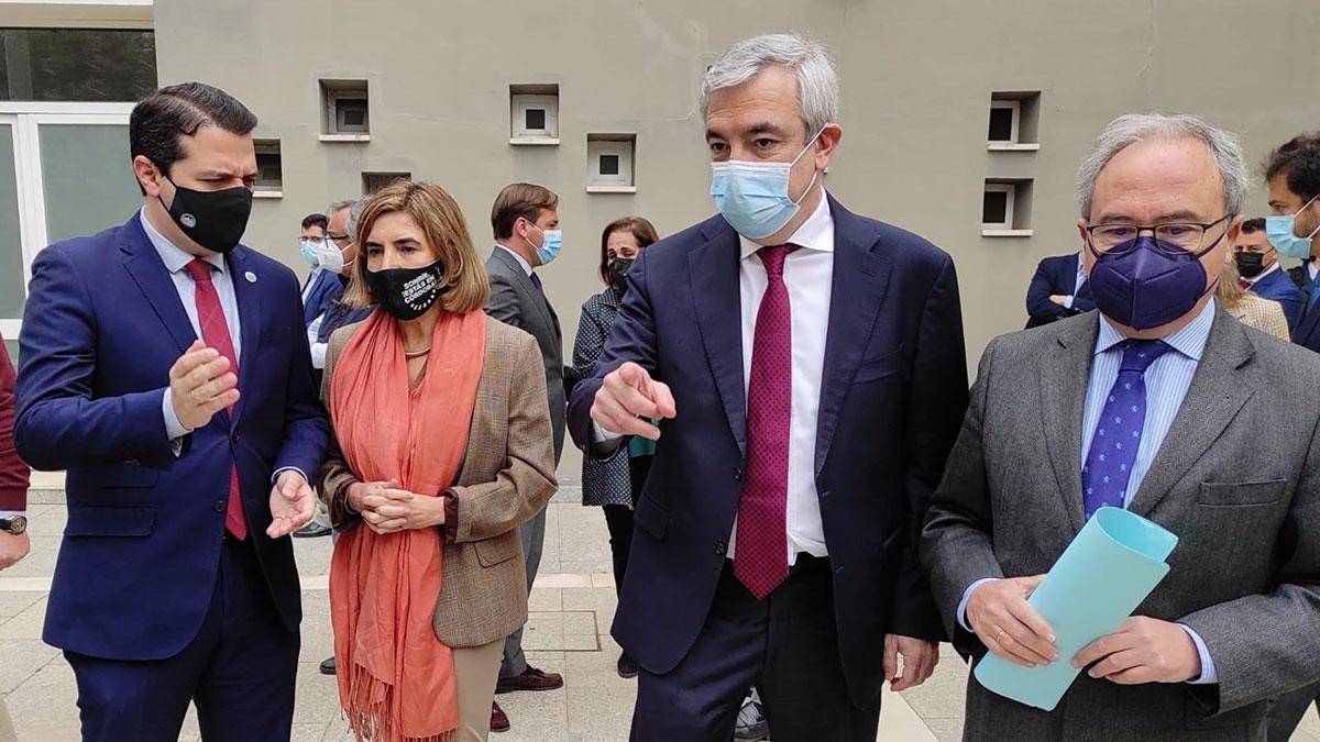 José María Bellido habla con Rocío Blanco, junto a Luis Garicano y Antonio Díaz.
