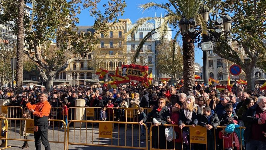 Grupos de extrema derecha abuchean a las 'Magas de Gener' en la plaza del Ayuntamiento de Valencia.