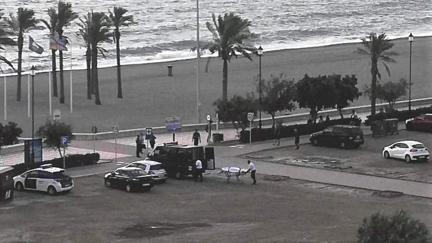 Rescatan el cadáver de un hombre de origen magrebí en la playa de Las Salinas de Roquetas de Mar