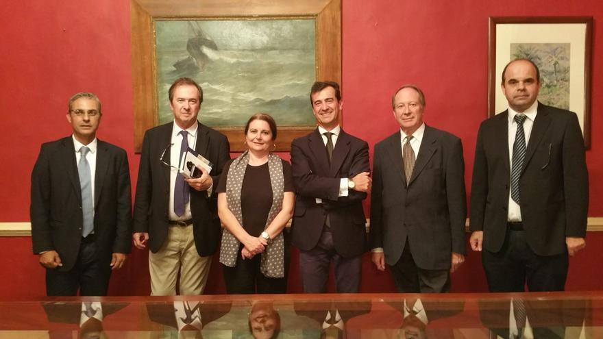 José Jaubert (i) y Manuel Poggio (d) con los ponentes de las jornadas. Foto: LUZ RODRÍGUEZ