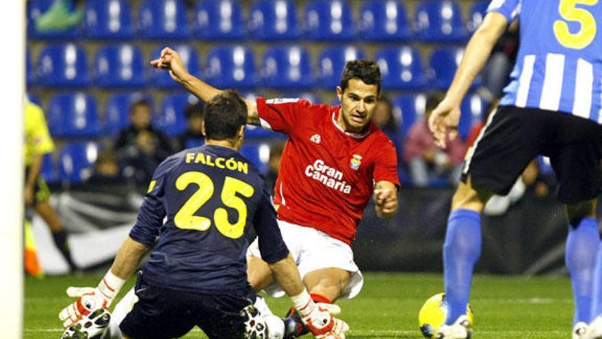 Vitolo en una ocasión de gol ante el guardameta del Hércules (ACFI PRESS).