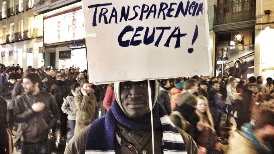 Babakar, en la manifestación de repulsa a la actuación de la Guardia Civil en la tragedia de Ceuta. \ Juan Luis Sánchez