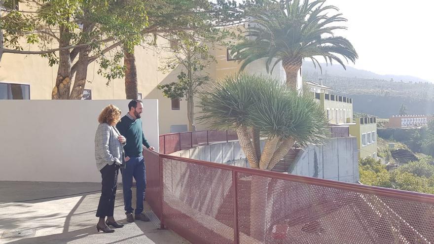 Beatriz Páez, directora del Área de Salud de La Palma, y Marcos Lorenzo, alcalde de Tijarafe, en una de las áreas de esparcimiento del Centro de Salud del municipio.