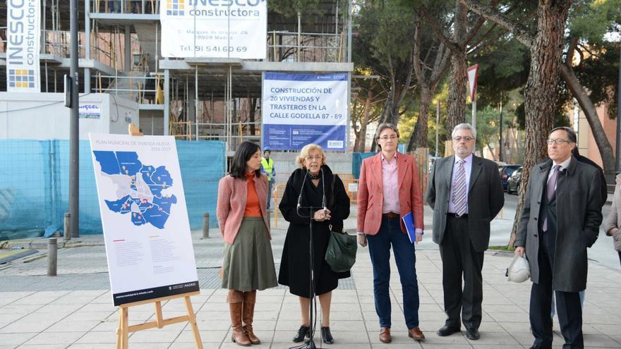 Visita de Manuela Carmena y Marta Higueras a la primera promoción de viviendas de la EMVS en San Cristóbal de los Ángeles y presentación del nuevo Plan Municipal de Vivienda 2016-2019