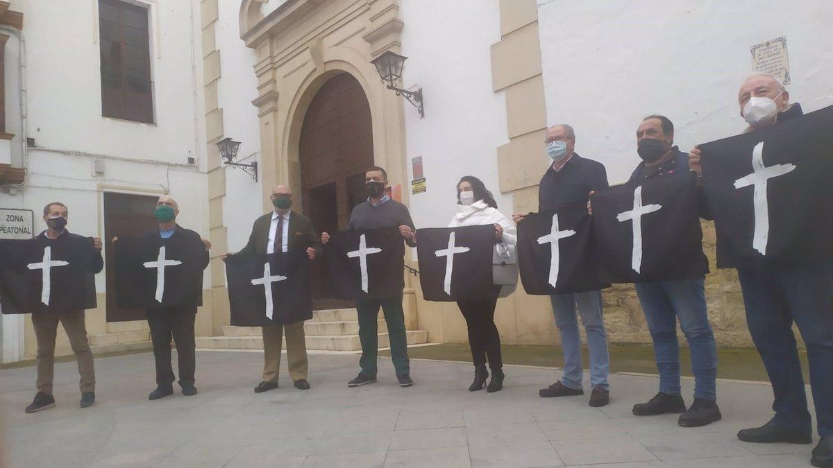 Alejandro Hernández con representantes de Vox sostienen las banderolas.