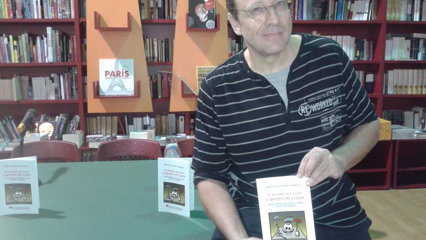 José Luis Castro Lombilla con su novela 'El hombre que mató a Queipo de Llano'..