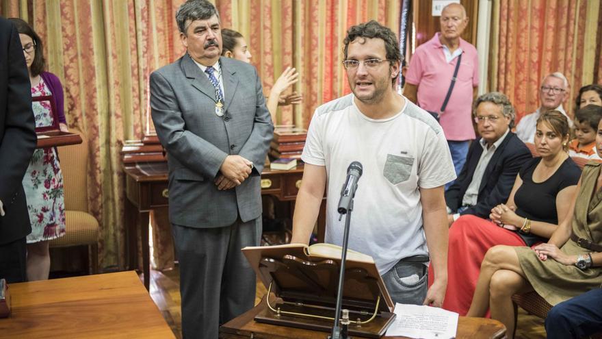 Dailos González prometiendo el cargo este lunes sin crucifijo ni biblia.