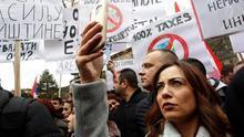 Varios serbokosovares participan en una protesta en la ciudad norteña kosovar de Mitrovica, Kosovo, el 27 de noviembre del 2018.