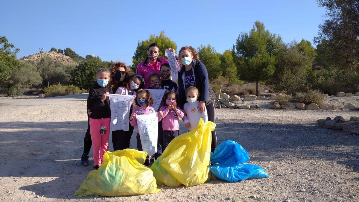 Voluntarios durante la recogida