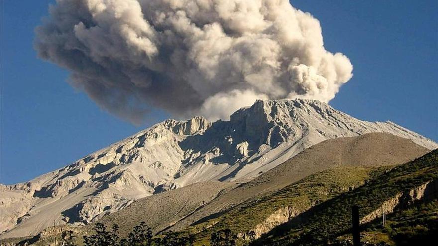 Alerta ante la dispersión de ceniza lanzada por el volcán Ubinas en el sur de Perú