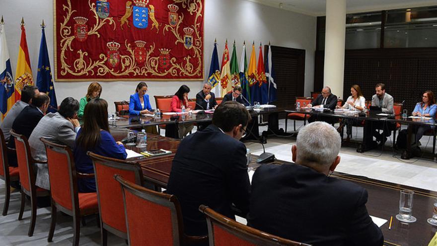 Comisión de Cabildos Insulares celebrada en el Parlamento de Canarias en junio de 2016