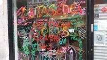 """Pintada que dice """"la violencia no tiene género"""" y la firma de DNJ en la sede de Pikara Magazine"""