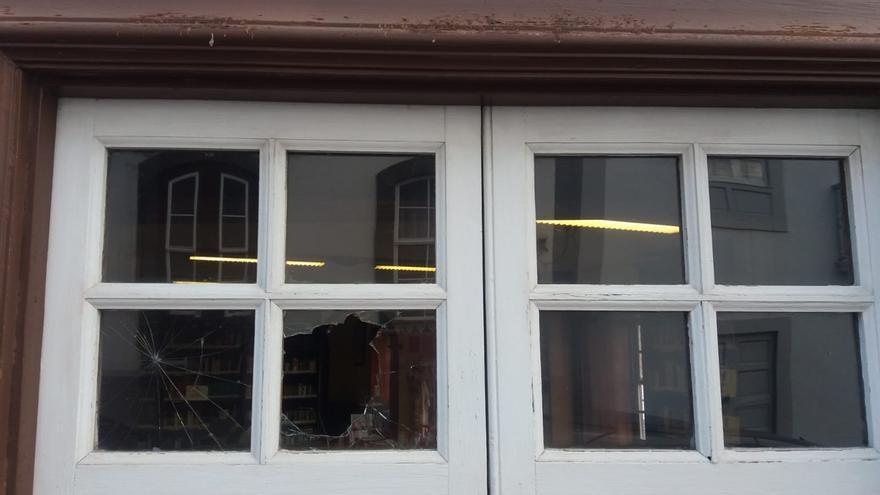 Una de las ventanas de la fachada lateral.