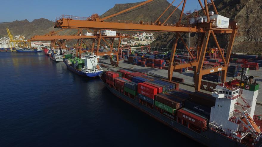Zona de descarga de buques portacontenedores, en el puerto de Santa Cruz