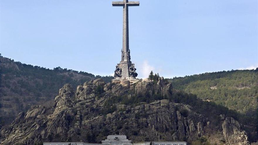 Expulsan a un arqueólogo del Valle de los Caídos por retirar flores a Franco