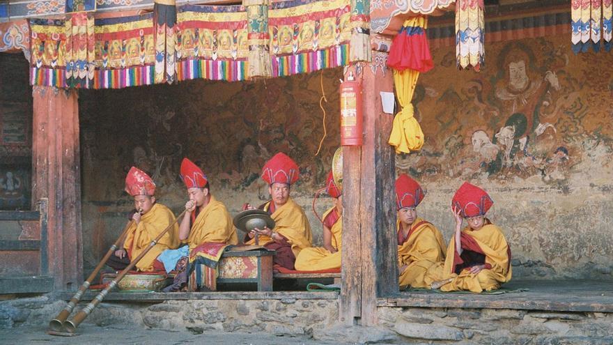 Monjes en uno de los muchos monasterios de Bután. la religión es una de las columnas centrales de la cultura local de este país. Anja Disseldorp