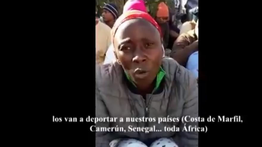 Captura de un vídeo en el que varias personas de origen subsahariano protestan en el CETI.