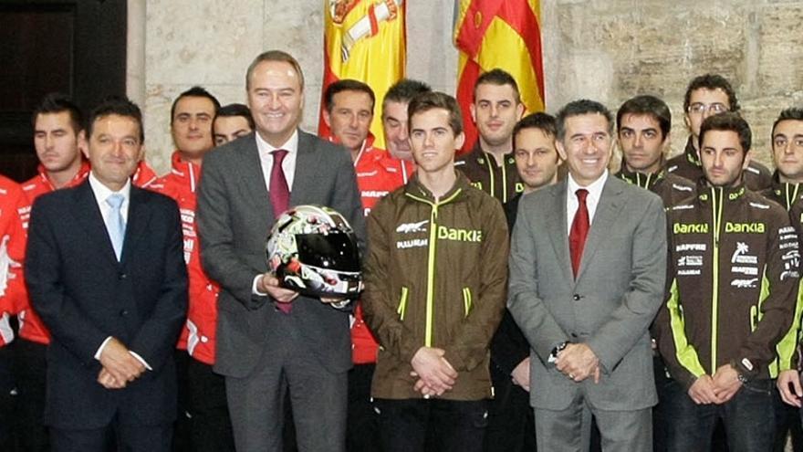 Alberto Fabra en una visita del equipo de 'Aspar', primero por la derecha, a la Generalitat.