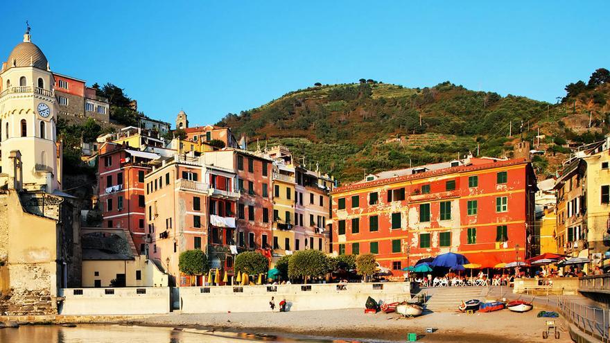 La pequeña playa de Vernazza, uno de los pueblos más auténticos de Cinque Terre.