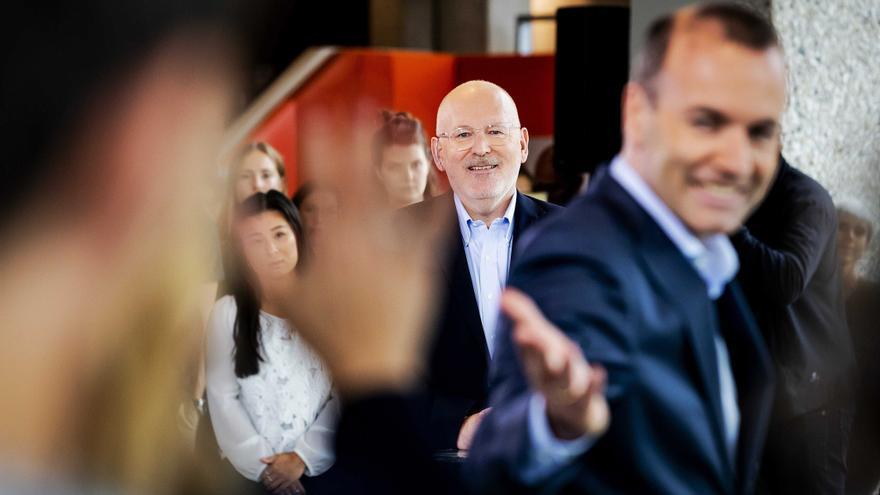 HOLANDA UE ELECCIONES:73719950. ÁMSTERDAM (HOLANDA), 20/05/2019.- El candidato del Partido Socialista Europeo (PSE) a la Presidencia de la Comisión Europea, el holandés Frans Timmermans (c), y el candidato del Partido Popular Europeo (PPE) a la presidencia de la Comisión Europea, Manfred Weber (d), durante un debate en el programa de televisión holandés Nieuwsuur con motivo de la elecciones europeas, este lunes en Ámsterdam (Holanda). Las elecciones al Parlamento europeo tendrán lugar del 23 al 26 en los países miembro.