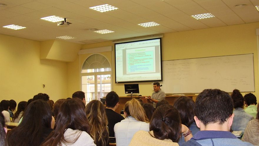 El profesor Antonio Manuel Rodríguez se dirige a sus alumnos que participan en el laboratorio jurídico contra los desahucios