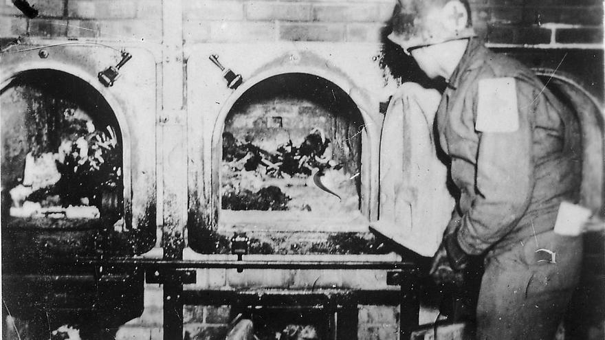 Un soldado estadounidense se fotografía ante los hornos crematorios del campo de Buchenwald tras su liberación (https://commons.wikimedia.org/wiki/File:Buchenwald-J-Rouard-28.jpg).