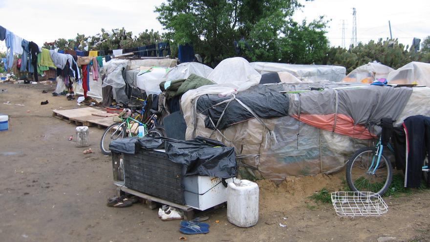Chabolas de cartón y plástico en un asentamiento en Lepe.