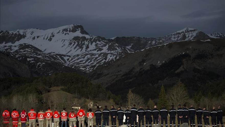 Servicios de rescate y vecinos, delante de las montañas donde se estrelló el avión de Germanwings. \ Efe