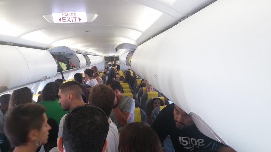 Imagen del avión durante las protestas de los pasajeros