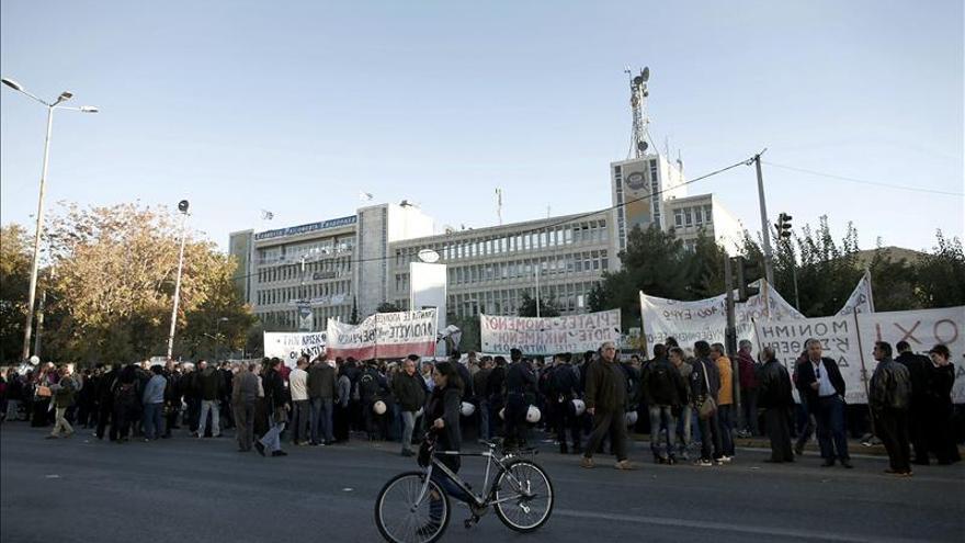 Los trabajadores de ERT griega improvisan un plató en la calle para los noticiarios