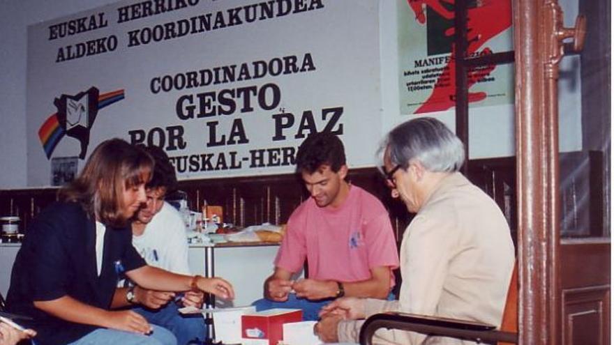 Miembros de Gesto por la Paz, durante un encierro contra un secuestro de ETA, preparan lazos azules.
