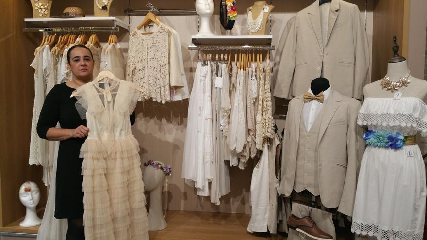 Mónica Lorenzo muestra la colección de ropa 'indiana' de Pagonza.