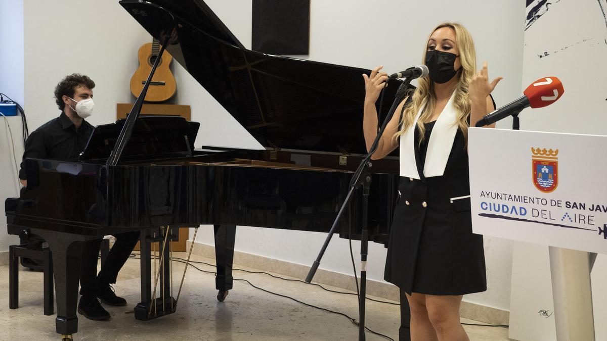 La cantante murciana Sara Zamora, que interpretó dos temas durante el acto