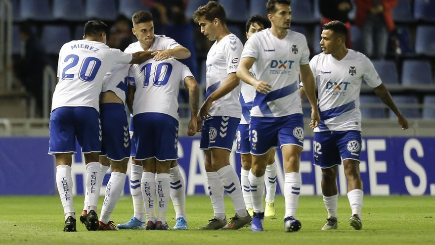 Los jugadores del CD Tenerife celebran el tanto de Suso
