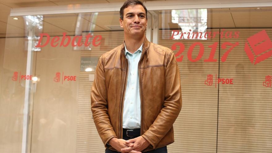 Pedro Sánchez, último en llegar a la sede del PSOE y el único que ha entrado en coche