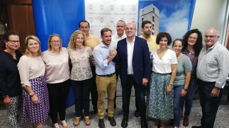 Mariano Hernández y Anselmo Pestana  (c), en este miércoles con los demás consejeros del PSO  y PP.