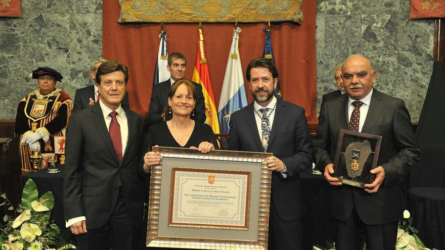 Foto de familia con representantes del grupo humano distinguido