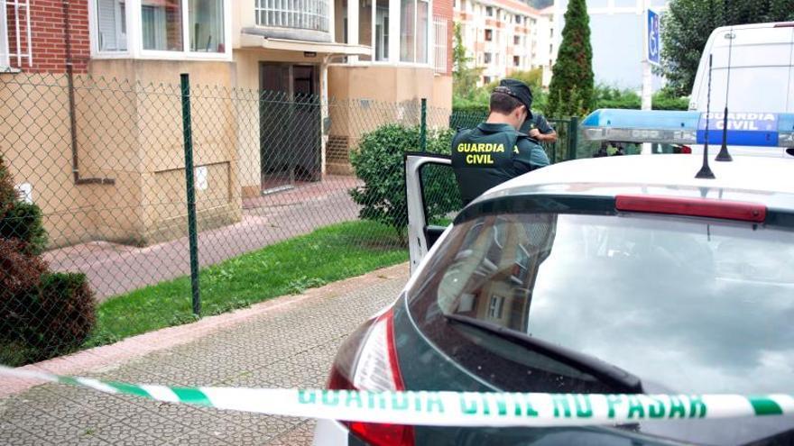 Agentes de la Guardia Civil durante el registro efectuado este miércoles en el piso de la mujer detenida en Castro Urdiales (Cantabria).