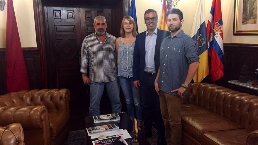 Antonio San Blas (primero por la izquierda), gerente del Consorcio Insular de la Reserva de la Biosfera de La Palma; Sergio Matos (segundo por la derecha), alcalde de Santa Cruz de La Palma, y dos alumnos.