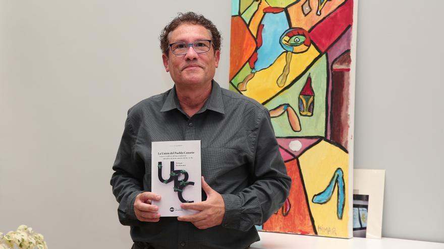 Enrique Bethencourt con su libro 'La Unión del Pueblo Canario. Luces y sombras del nacionalismo autodeterminista de los 70-80'.
