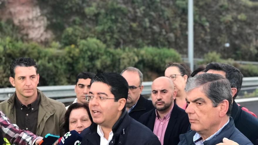 Pedro Martín, en la rueda de prensa que convocó en el puente sobre la TF-5 de La Matanza este lunes