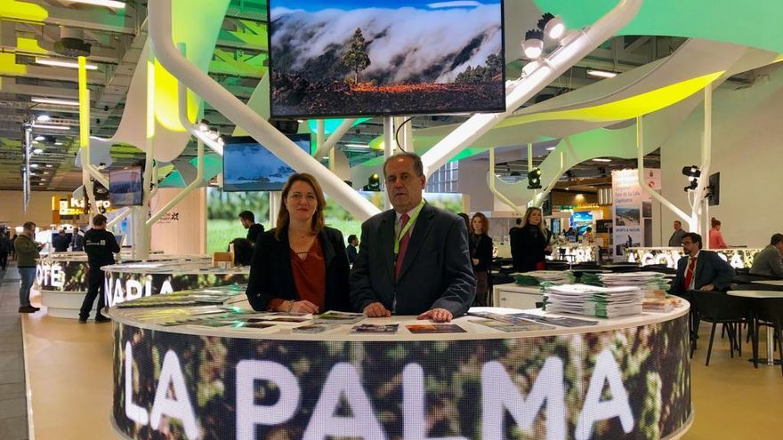 Alicia Vanoostende, consejera insular de Turismo, y José Luis Perestelo, vicepresidente del Cabildo de La Palma, en la feria de turismo ITB de Berlín.