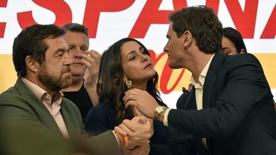 Albert Rivera besa a Inés Arrimada tras la rueda de prensa en la que anunció que abandonaba la política.