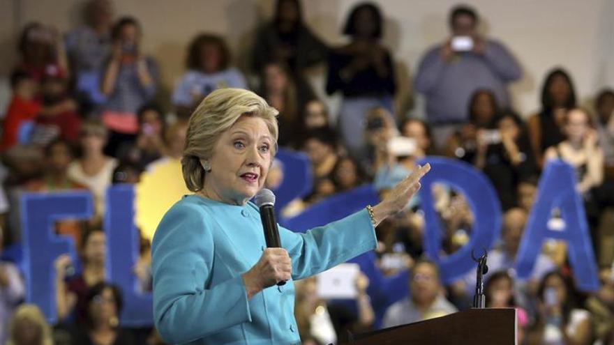 Clinton deplora que Trump no pague impuestos y que sí lo hagan indocumentados